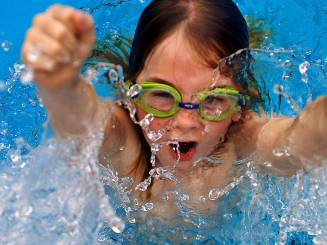 дети в бассейне картинка